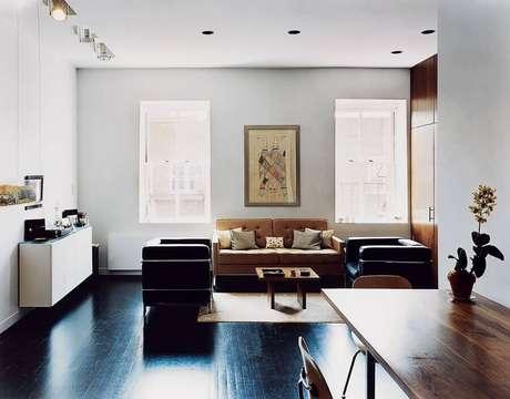 42. Decoração de sala de estar com piso pintado de preto – Foto Houzz