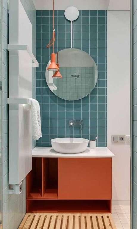46. Banheiro colorido decorado com espelho redondo e luminária moderna de teto – Foto Pinterest