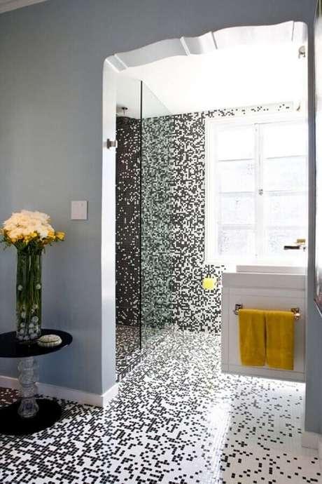 50. Piso preto e branco de pastilha para decoração de banheiro – Foto Home Fashion Trend