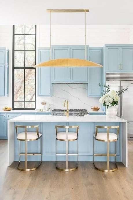 51. Decoração clássica para cozinha azul pastel com luminária moderna dourada – Foto DecorPad
