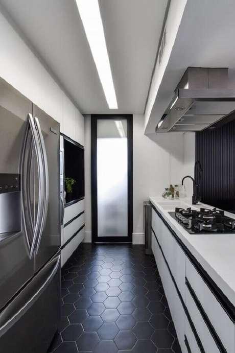 32. Decoração de cozinha branca com piso preto hexagonal – Foto Degradê Arquitetura e Interiores