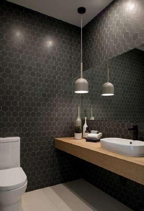 25. Luminária moderna de teto para decoração de banheiro com revestimento hexagonal e bancada de madeira – Foto Apartment Therapy