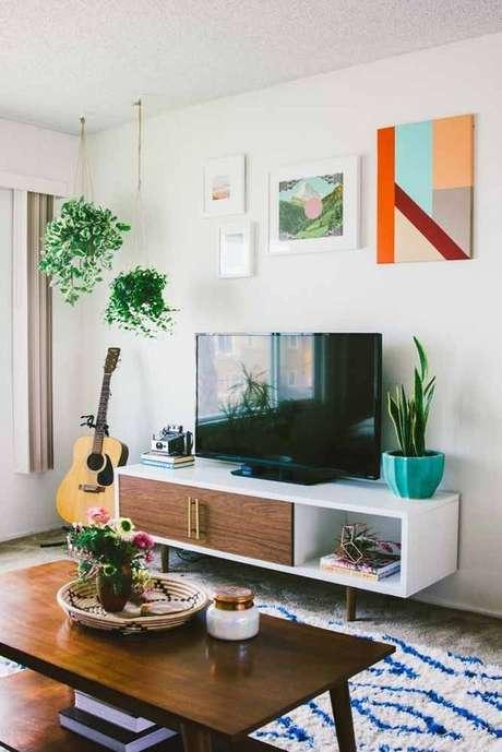 17. Sala de estar com rack pe palito branco de madeira – Foto Revista VD
