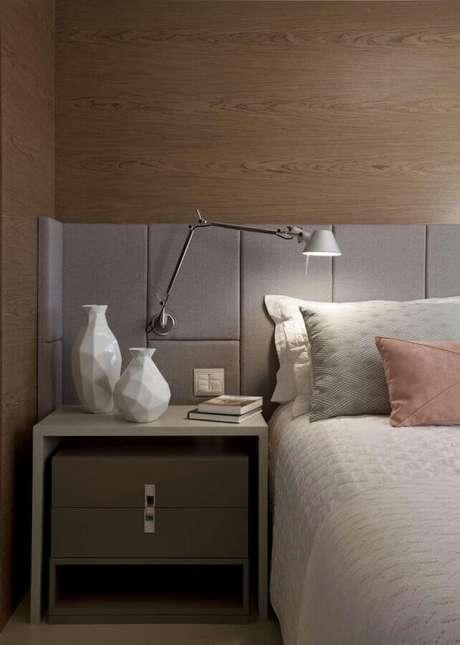 30. Luminária moderna para quarto decorado com revestimento amadeirado para paredes – Foto Pinterest