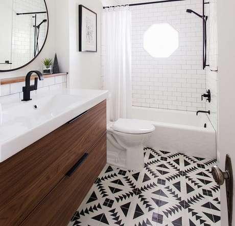 51. Piso preto e branco para decoração de banheiro com gabinete suspenso de madeira – Foto Pinterest