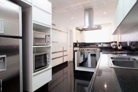 34. Decoração de cozinha com piso preto e armários planejados – Foto Pinterest