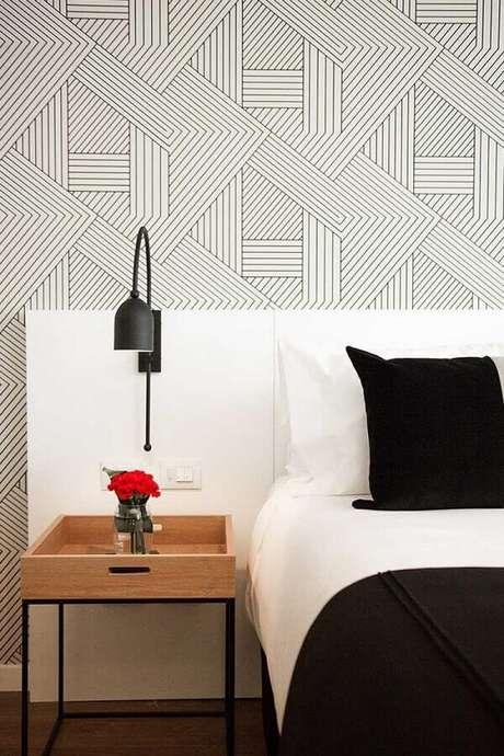 39. Quarto de casal decorado com papel de parede delicado e luminária de parede moderna – Foto Home Fashion Trend