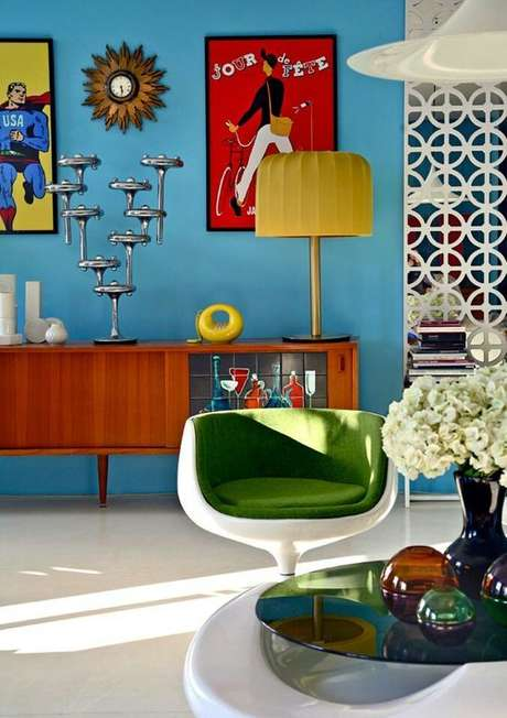 14. Sala colorida com rack pé palito – Foto Dicas Decoração