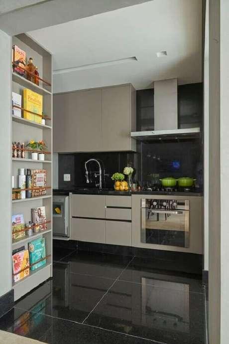 17. Piso preto para cozinha cinza moderna – Foto Jeito de Casa