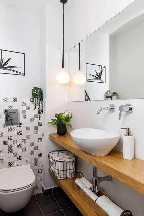 26. Luminária moderna para decoração de banheiro simples com bancada de madeira – Foto Pinterest