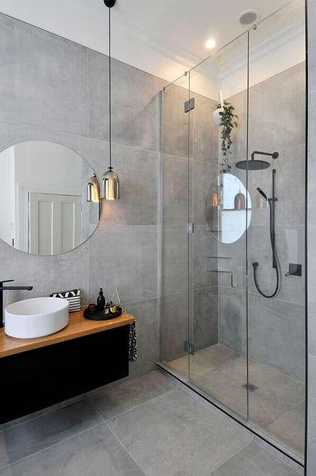 45. Banheiro cinza decorado com luminária moderna cromada – Architecture