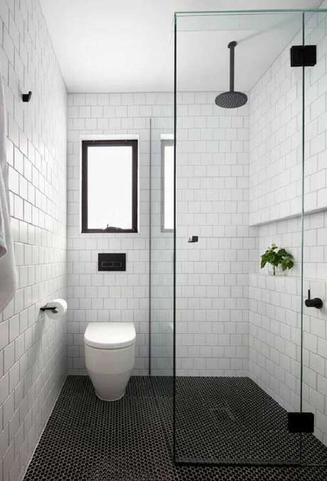 11. Decoração de banheiro branco com pastilha para piso preto liso – Foto Arkpad