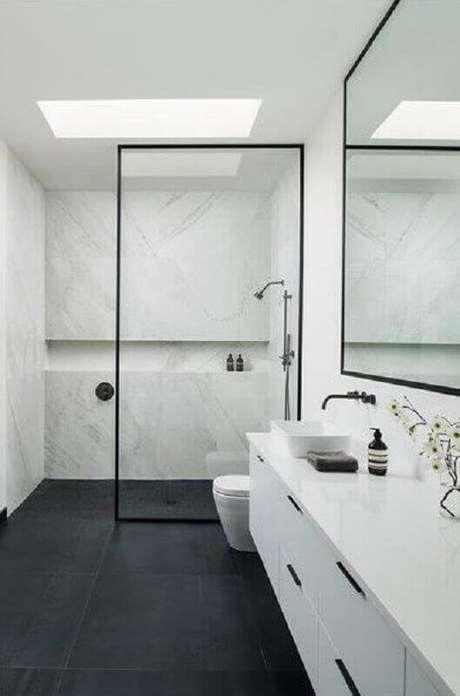 44. Decoração minimalista para banheiro com piso preto – Foto Arkpad