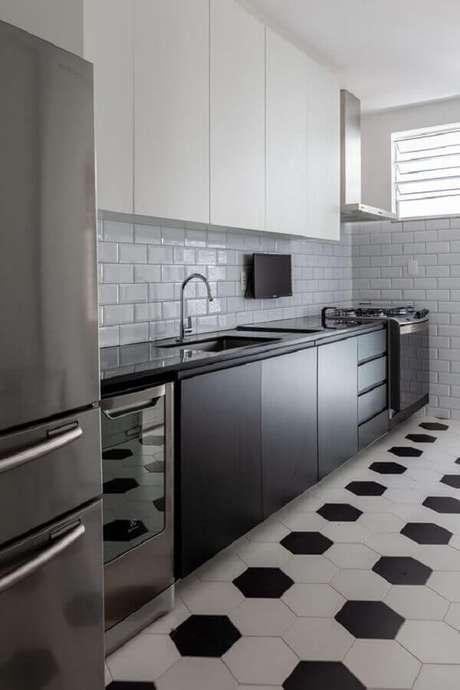 37. Decoração de cozinha planejada com armários e piso preto e branco – Foto PRIMO arquitetura e urbanismo