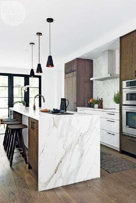 62. Luminária pendente moderna para decoração de cozinha com ilha de mármore – Foto Habitissimo