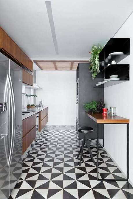 54. Piso preto e branco para decoração de cozinha planejada de madeira – Foto Archilovers