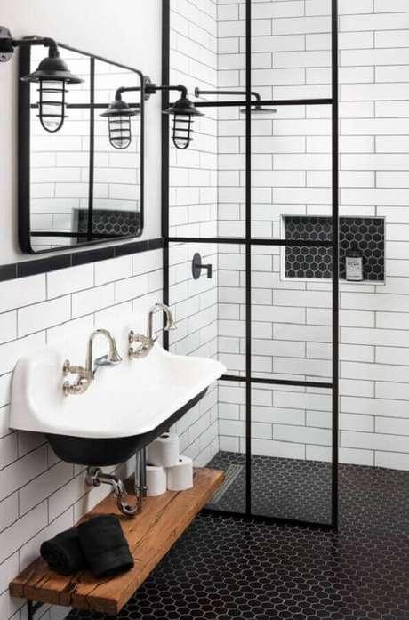 26. Banheiro simples decorado com pastilha hexagonal para piso preto – Foto Hunker