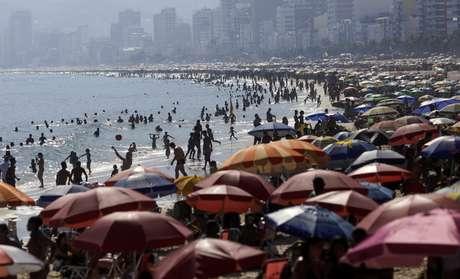Banhistas na Praia do Arpoador no Rio de Janeiro em meio à pandemia de Covid-19 16/02/2021 REUTERS/Ricardo Moraes