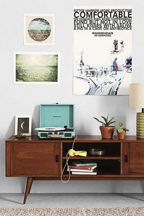 4. Cantinho com rack retro e decoração vintage – Foto Just Lia