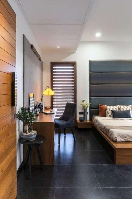 21. Piso preto para quarto amplo decorado com escrivaninha de madeira – Foto Fiandre Architectural Surfaces