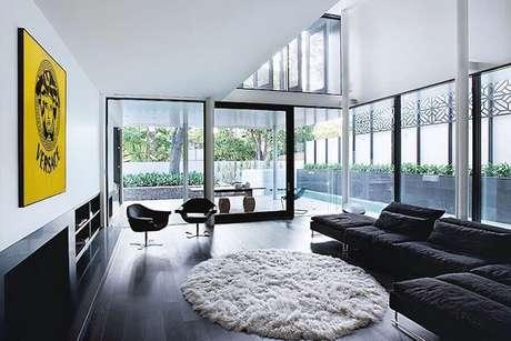 23. Piso vinilico preto para decoração de sala ampla com tapete redondo felpudo – Foto Futurist Architecture