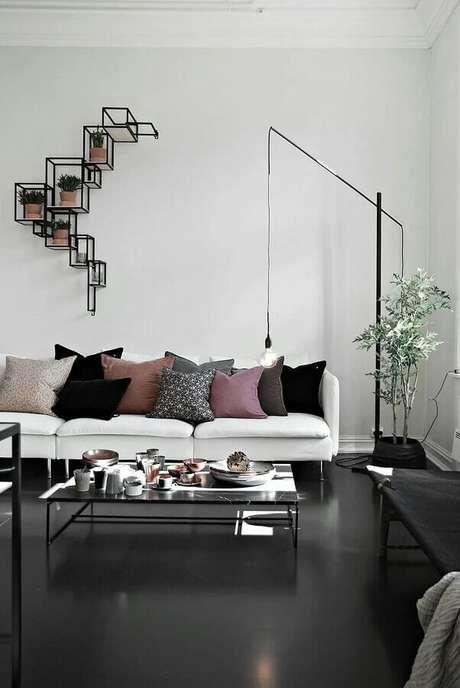 14. Piso preto liso para sala decorada com várias almofadas para sofá branco – Foto Home Fashion Trend