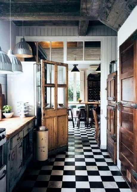 39. Decoração de cozinha rústica com piso preto e branco- Foto Futurist Architecture