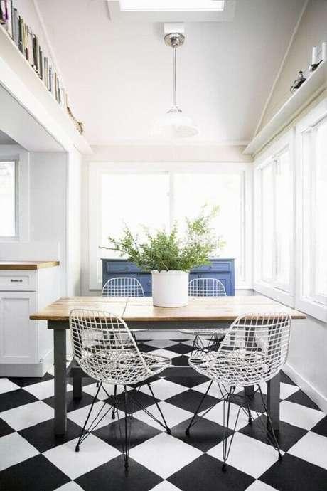 56. Piso preto e branco para decoração de sala de jantar – Foto Apartment Therapy