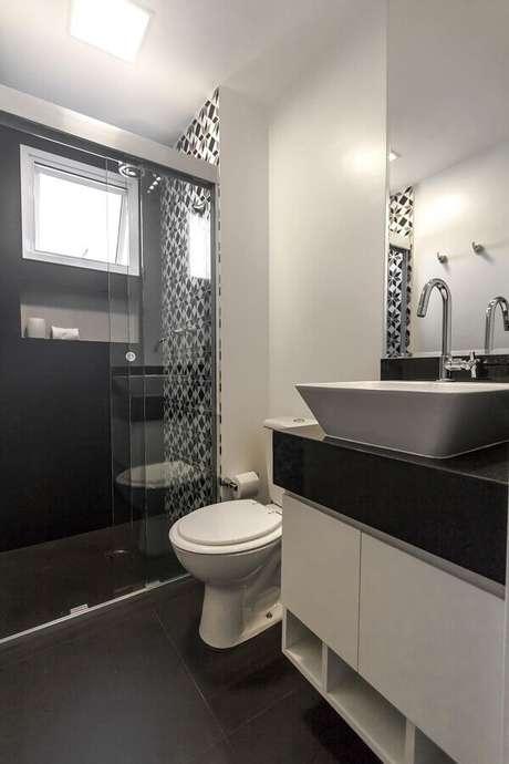 60. Piso preto fosco para decoração de banheiro com gabinete suspenso – Foto Fernanda Duarte Interiores