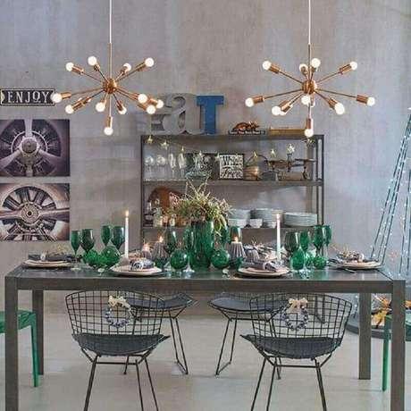 42. Sala de jantar cinza decorada com luminária de teto moderna -Foto Pinterest