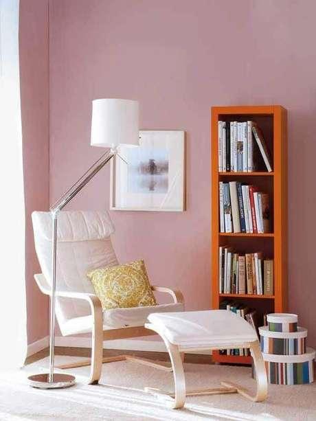 7. Luminária de chão moderna para cantinho de leitura decorado com poltrona branca – Foto Pinterest