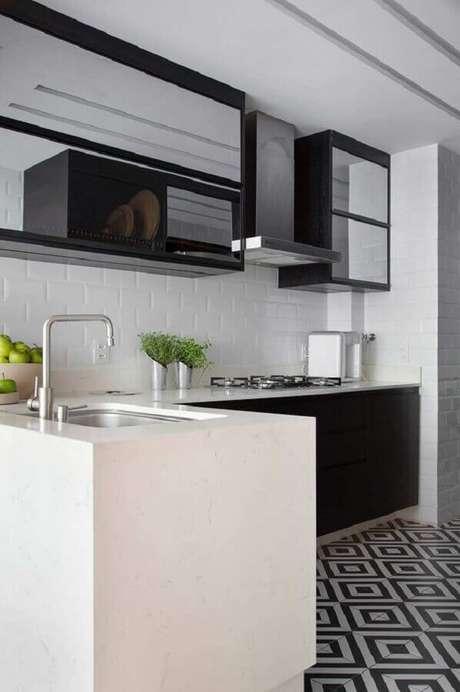 35. Decoração de cozinha em L com piso preto e branco – Foto Casa de Valentina