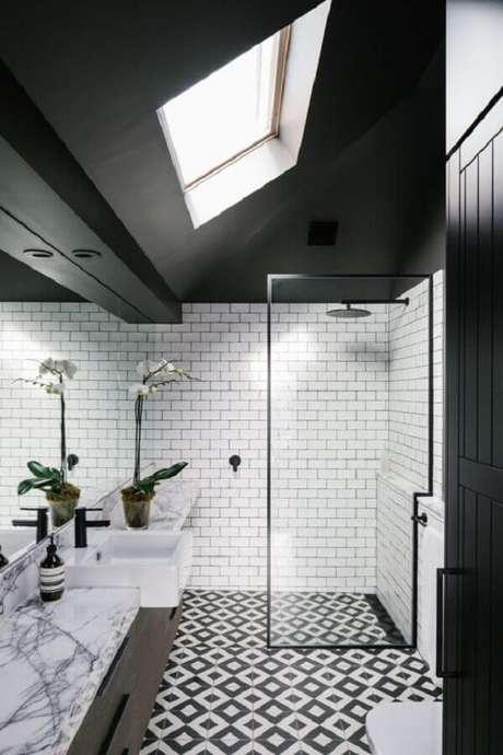 31. Decoração de banheiro sofisticado com piso preto e branco – Foto Pinterest