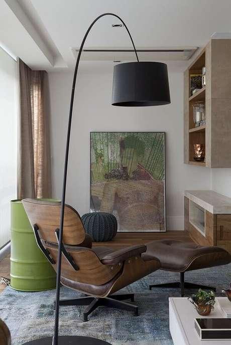 5. Decoração de escritório com poltrona confortável e luminária de chão moderna – Foto Futurist Architecture