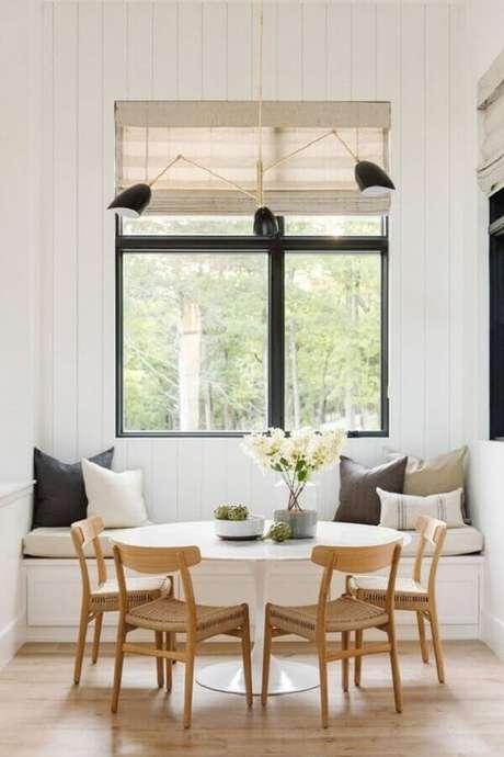 52. Decoração clean para sala de jantar com luminária de teto moderna – Foto Archilovers