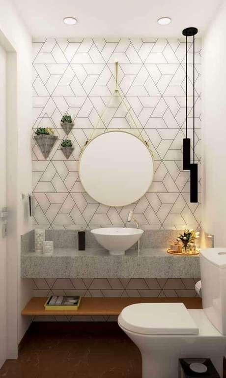 48. Banheiro pequeno e simples decorado com luminária pendente moderna – Foto Arquitetura Estilo