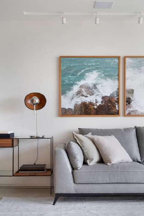 3. Sala de estar decorada com sofá cinza e luminária de mesa moderna – Foto Casa de Valentina