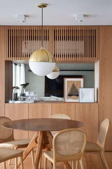 59. Decoração em cores neutras com luminária para sala de jantar moderna – Foto Studio Roca