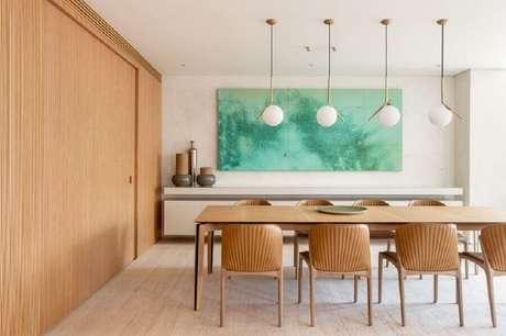 41. Sala de jantar amadeirada decorada com luminária pendente moderna – Foto Houzz