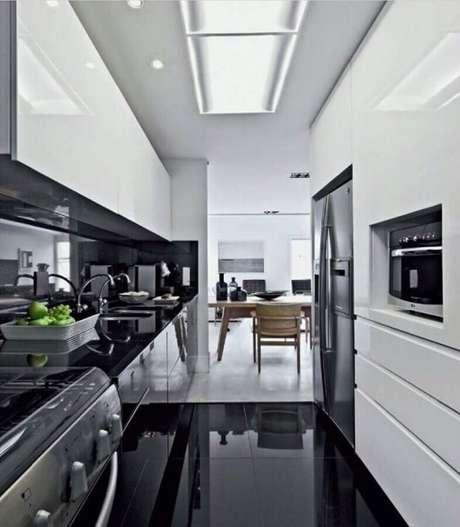 63. Piso preto para cozinha planejada preto e branca – Foto Planete Deco