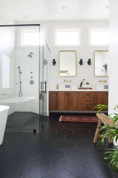 61. Piso preto hexagonal para decoração de banheiro amplo com gabinete de madeira – Foto Decorated Life