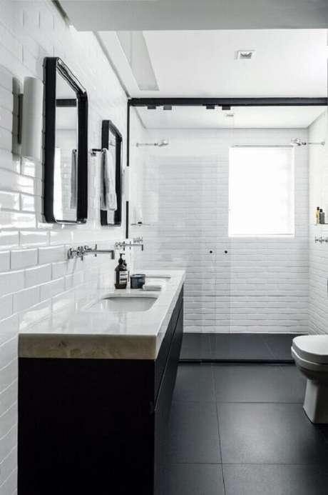 5. Banheiro preto e branco decorado com metro white e piso preto liso – Foto Pinterest