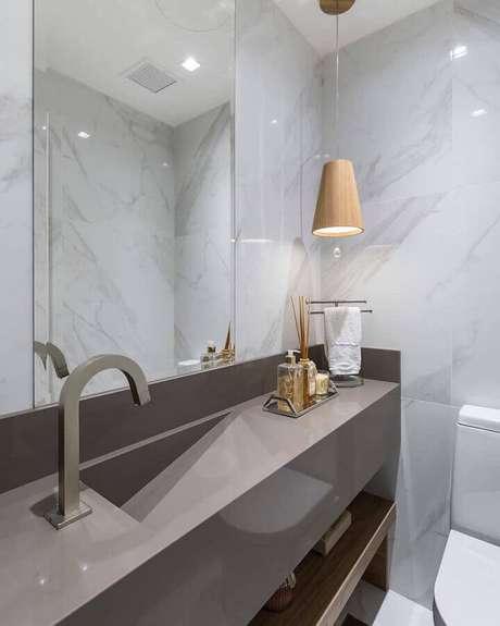 24. Luminária moderna de madeira para decoração de banheiro cinza planejado – Foto Braccini + Lima Arquitetura