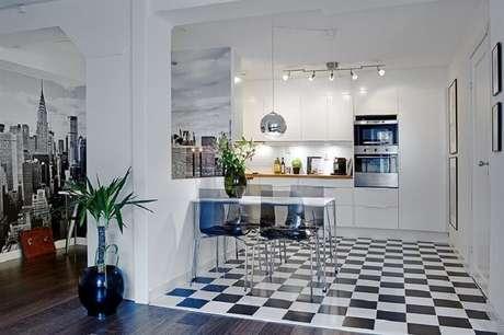 38. Decoração de cozinha planejada com piso preto e branco xadrez -Foto Pinterest