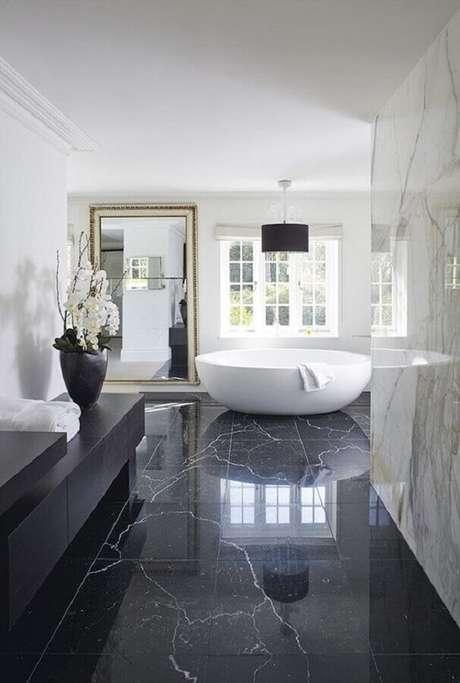 49. Piso preto de mármore para decoração de banheiro sofisticado com banheira – Foto Apartment Therapy