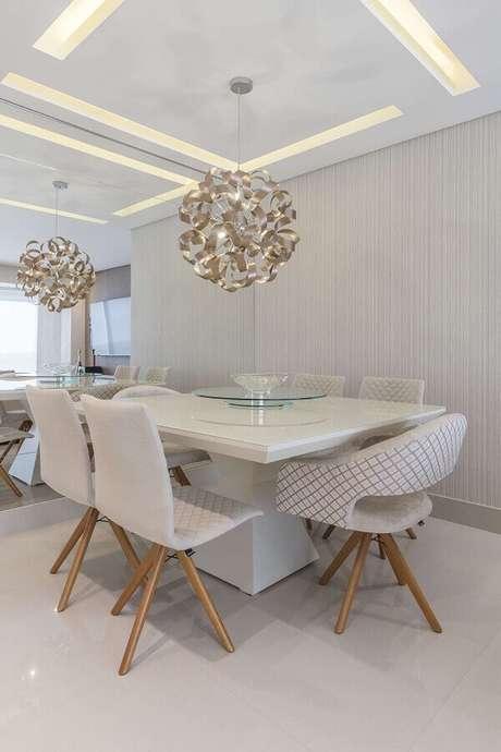11. Decoração sofisticada para sala de jantar branca com parede espelhada e luminária de teto moderna – Foto Pinterest
