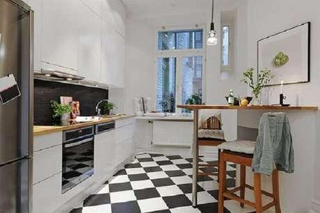 58. Piso preto e branco xadrez para cozinha planejada em L – Foto Pinterest