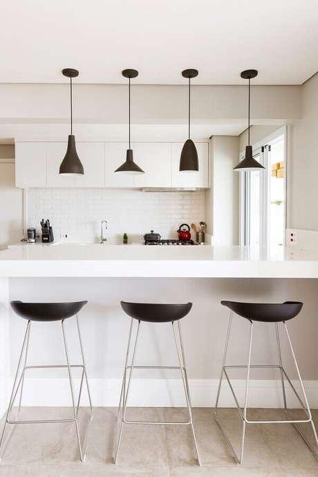 33. Luminária pendente moderna para decoração de cozinha branca planejada – Foto Apartment Therapy