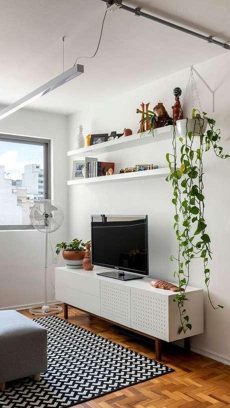 33. Rack pé palito branco com tapete estampado – Foto Habitare