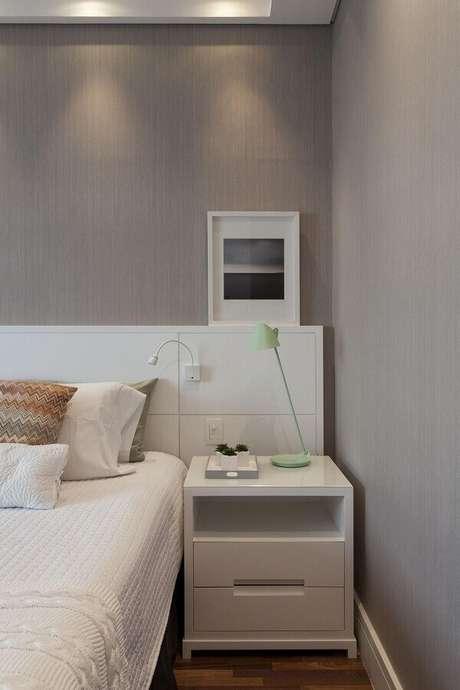 8. Decoração com luminária moderna para quarto de casal branco e cinza – Foto Home Fashion Trend